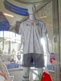 与联合会杯赛2017年和在地铁车站的2018年世界杯的标志的玻璃垫座与在t的一个时装模特 免版税库存图片