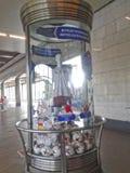 与联合会杯赛2017年和在地铁车站的2018年世界杯的标志的玻璃垫座与在t的一个时装模特 免版税库存照片