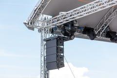 与聚光灯和声测设备的露天舞台 免版税库存图片