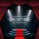 与聚光灯和帷幕的Showtime横幅照亮的指挥台 免版税库存照片