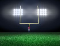 与聚光灯的空的橄榄球场 免版税图库摄影