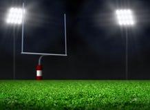 与聚光灯的空的橄榄球场 图库摄影