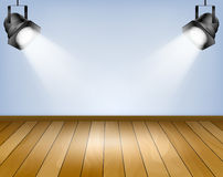 与聚光灯的蓝色背景。有木地板的演播室 库存图片