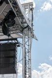 与聚光灯系统和声测设备的露天舞台 库存图片