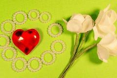 与聚焦和一朵纸花,自创手工作的玻璃心脏 库存照片