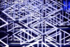 与聚焦和bokeh的引人入胜的纹理 残破的玻璃蜘蛛网通过平衡光点燃了 不可思议的背景和 库存图片