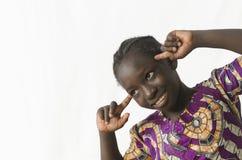 与聪明的头的非洲女孩边神色,隔绝在白色 免版税库存图片