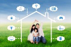 与聪明的家庭设计的家庭在领域 免版税库存照片