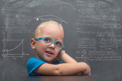 与聪明的神色的男婴佩带的玻璃 免版税库存照片
