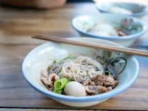 与肉丸和切片猪肉的泰国样式小船面条从母牛或 图库摄影