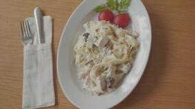 与肉和蕃茄面团的面团用在咖啡馆concepto的肉用意大利语 特写镜头意粉博洛涅塞风它  股票视频