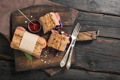 与肉格栅和一把叉子的三明治与刀子 免版税库存图片