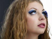 与肉欲的嘴唇和传神眼睛clos的人女性模型 免版税库存图片