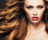 与肉欲的嘴唇和棕色头发的女性模型 免版税库存图片