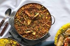 与肉菜饭的砂锅 免版税库存图片