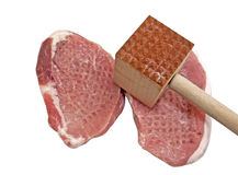 与肉软化剂工具的猪排 图库摄影