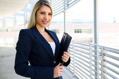与股份单的美好的女实业家文字 免版税库存照片