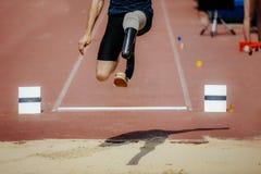 与肢体损失腿的运动员套头衫 库存图片