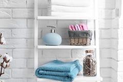 与肥皂分配器的清洁毛巾在架子 免版税库存照片