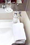 与肥皂分配器的龙头在卫生间里。 免版税库存照片