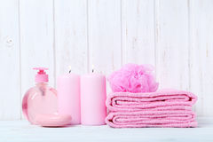与肥皂和小捆的桃红色毛巾 免版税库存图片