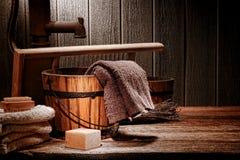 与肥皂棒和毛巾的古色古香的洗衣店场面 免版税图库摄影
