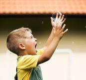 与肥皂泡的愉快的逗人喜爱的孩子 库存图片