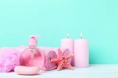 与肥皂的桃红色毛巾 库存照片