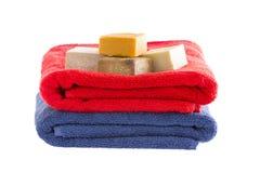 与肥皂的整洁地被折叠的棉花毛巾 库存图片
