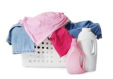 与肮脏的衣裳和瓶的洗衣篮洗涤剂 库存照片