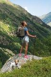 与背包的少妇旅行在山 库存图片