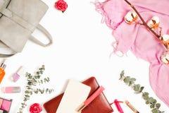 与背包的美好的flatlay框架安排、化妆用品、计划者和其它事项和时尚女性辅助部件 免版税库存图片