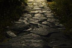与背后照明的石路面 免版税库存照片