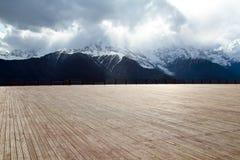 与背景山的木楼层 免版税库存照片