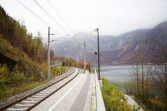 与背景山的铁路 免版税库存照片