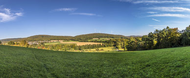 与胡同、领域和森林的全景风景 免版税库存图片