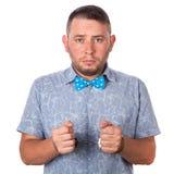 与胡子的成年男性在夏天衬衣的一个蓝色蝶形领结在被隔绝的警察手铐 库存照片