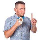 与胡子的成年男性在夏天衬衣的一个蓝色蝶形领结在被隔绝的警察手铐 免版税图库摄影