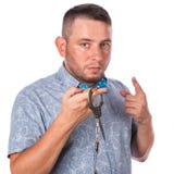 与胡子的成年男性在夏天衬衣的一个蓝色蝶形领结在警察扣上手铐 免版税库存图片