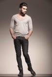 与胡子的男性模型在时尚姿势 免版税库存照片