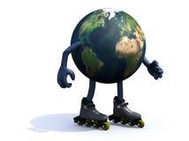 与胳膊、腿和rollerskates的地球 免版税库存图片