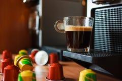 与胶囊的早晨芬芳咖啡 免版税库存图片