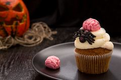与脑子和蜘蛛的万圣夜杯形蛋糕 免版税图库摄影
