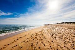 与脚印的海滩 免版税库存图片