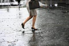 与脚跟鞋子的女性脚在水走 库存照片