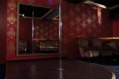 与脱衣舞俱乐部的定向塔 免版税库存照片
