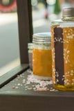 与腌制槽用食盐和芳香疗法油的温泉设置 图库摄影
