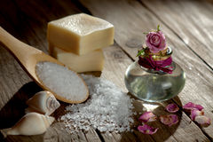 与腌制槽用食盐的温泉静物画在木地面 库存照片