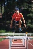 与腿假肢的残疾人运动员训练 免版税库存照片