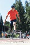 与腿假肢的残疾人运动员训练 免版税库存图片